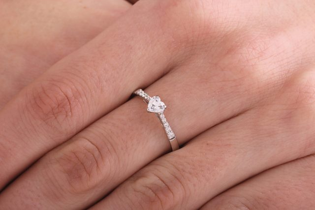 Cauți un inel de logodnă cu diamant? Mărimea pietrei nu e totul! Iată cât e de importantă culoarea